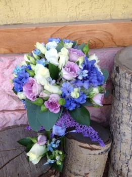 Букет из гортензии, твидии, розы кустовой, эустомы, розы кения