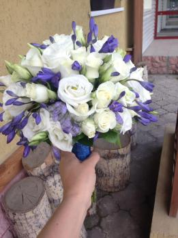 Букет из роз кения, эустомы, розы кустовой, агапантуса