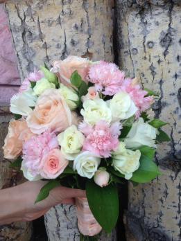 Букет из роз эквадор, гвоздики кустовой, розы кустовой, эустомы