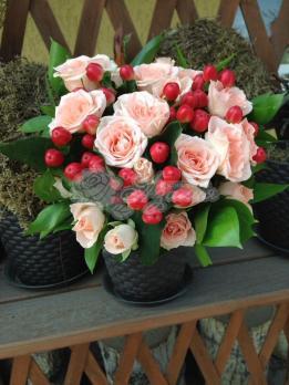 Букет из розы кустовой, гиперикума