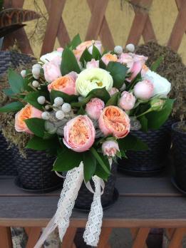 Букет из розы пионовидной, брунии, розы кустовой