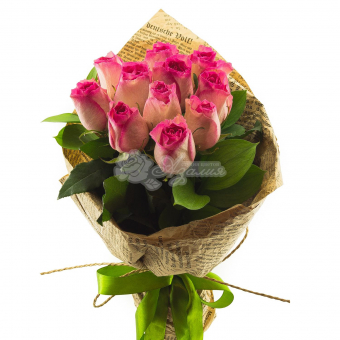 Букет из 11 Эквадорских роз с зеленью и упаковкой